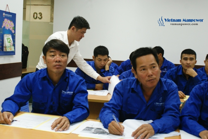 Vietnam Manpower's staffs handed Zamil instruction leaflet to the candidates and supportively explained in details for them 2