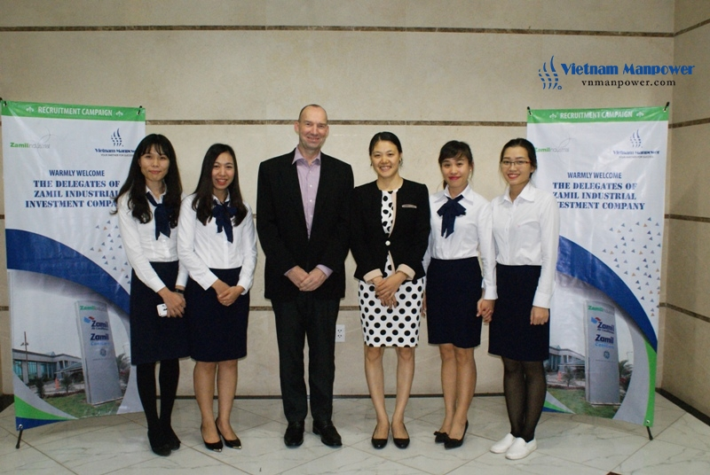 the representative took a picture with Vietnam Manpower's staff