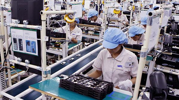 samsung-vietnam-manufacturing-workers